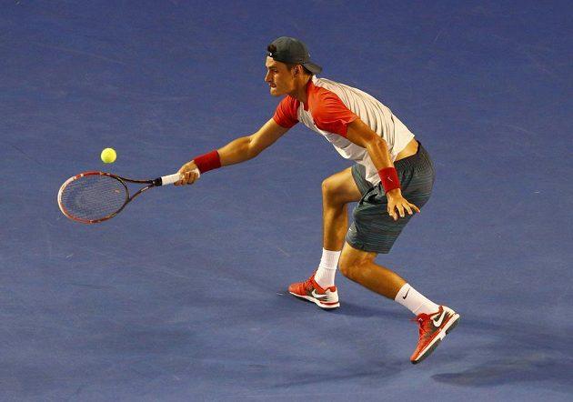 Australan Bernard Tomic v utkání proti Rafaelu Nadalovi v úvodním kole Australian Open.