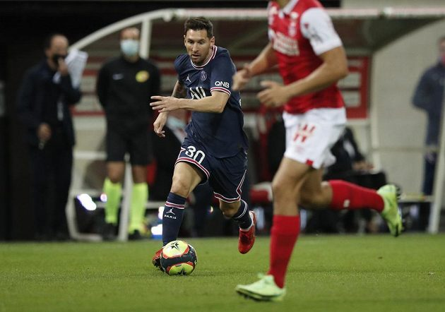 Lionel Messi hledá cestu k brance soupeře
