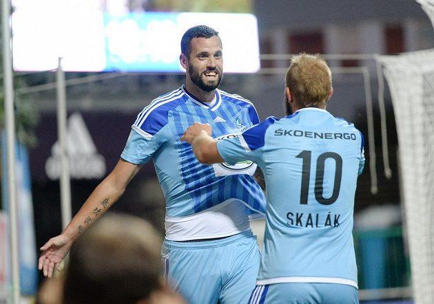 Střelec Lukáš Magera z Mladé Boleslavi (vlevo) a jeho spoluhráč Jiří Skalák se radují z gólu v utkání proti Zlínu.