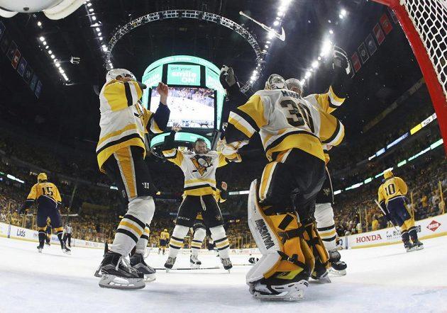 Hokejisté Pittsburghu Penguins slaví. Vyhráli na ledě Nashvillu a obhájili Stanley Cup.
