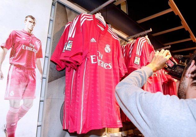 Papírový Gareth Bale v růžovém i skutečné nové dresy Realu Madrid vzbudily velkou pozornost fanoušků slavného klubu.