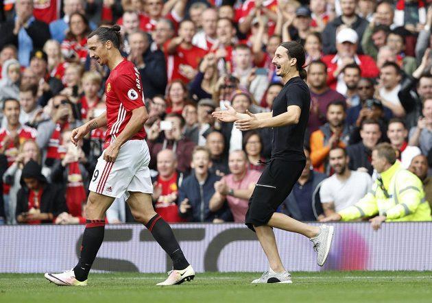 Fanoušek přibíhá k Ibrahimovicovi.