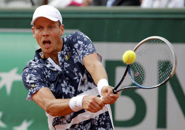 Český tenista Tomáš Berdych odvrací míček ve čtvrtfinále French Open proti Lotyši Gulbisovi.