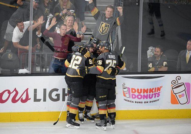 Hokejisté Vegas Golden Knights oslavují branku Tomáše Noska (92) na 2:1 ve 4. finále Západní konference proti Winnipegu.