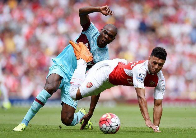 Angelo Ogbonna (vlevo) z West Hamu a Alex Oxlade Chamberlain z Arsenalu.