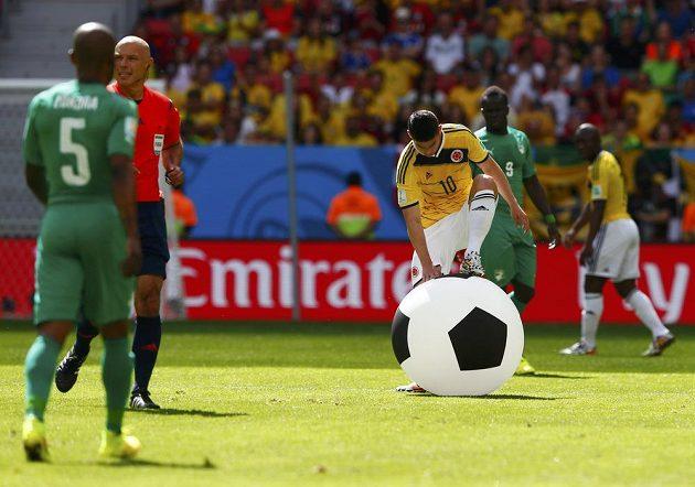 Kolumbijec James Rodriguez v prvním poločase zápasil s velkým balónem, který se ocitl na hrací ploše.