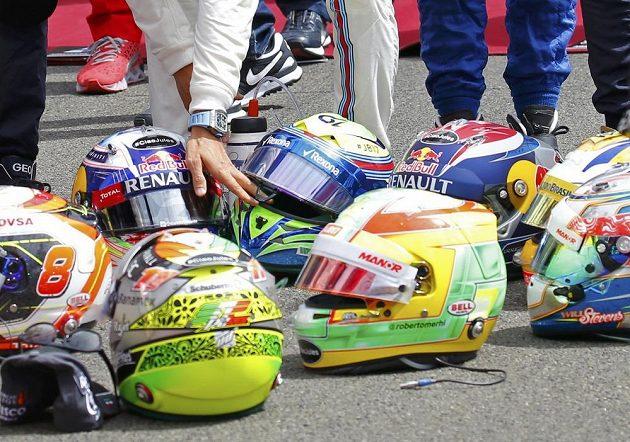 Piloti formule 1 při pietě za Julese Bianchiho umístili na dráhu v Maďarsku své helmy.