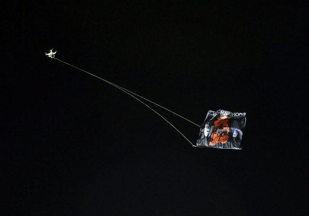 Dron s albánskou vlajkou, kvůli němuž se poprali hráči Srbska a Albánie.