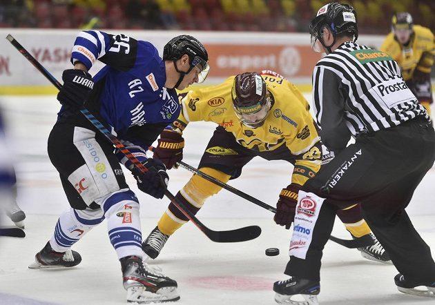 Radek Veselý z Havířova a Michal Poletín z Jihlavy v akci během utkání hokejové Chance ligy.