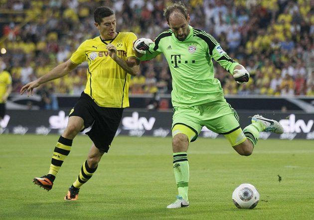 Tom Starke, brankář Bayernu Mnichov, v souboji s Robertem Lewandowskim.