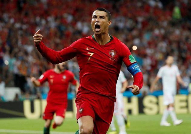 Portugalský fotbalista Cristiano Ronaldo slaví. Proměnil penaltu a poslal svůj tým na MS do vedení v duelu se Španělskem.