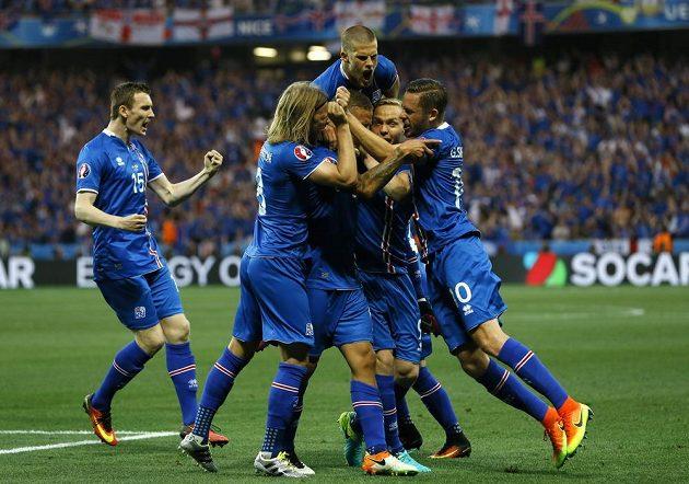 Fotbalisté Islandu se radují z gólu, který vstřelili Anglii.