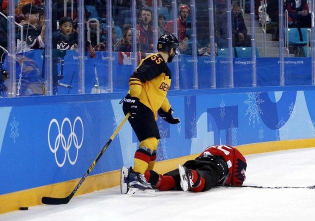 Felix Schutz z Německa a Maxim Noreau z Kanady v olympijském semifinále.