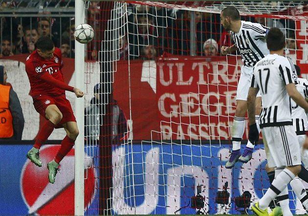 Útočník Robert Lewandowski (vlevo) snižuje utkání s Juventusem na 1:2.