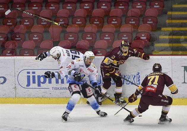 Čtvrtý zápas finále play off první hokejové Chance ligy. Zleva Marek Račuk a Zachary Frye z Kladna, Lukáš Mareš a Tomáš Harkabus z Jihlavy.