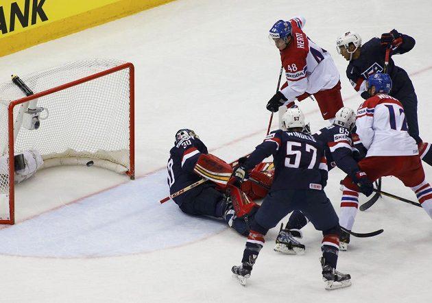 Americký gólman Tim Thomas inkasuje gól ve čtvrtfinále s Českou republikou.