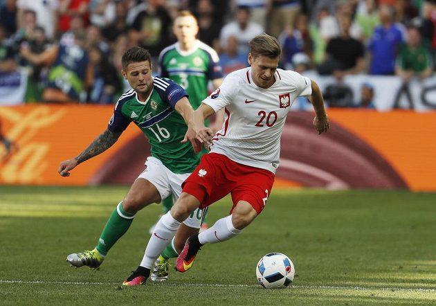 Polák Lukasz Piszczek uniká Oliveru Norwoodovi ze Severního Irska.