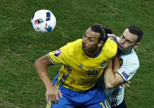 Švédský útočník Zlatan Ibrahimovic (vlevo) v souboji s Thomasem Vermaelenem z Belgie.