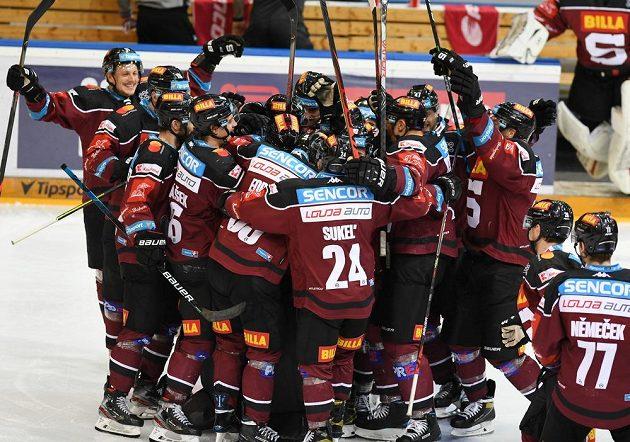 Radost hokejistů Sparty z výhry v pátém utkání semifinálové série s Libercem.