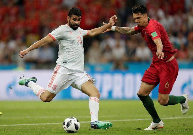 Španělský střelec Diego Costa dává na MS gól Portugalsku.