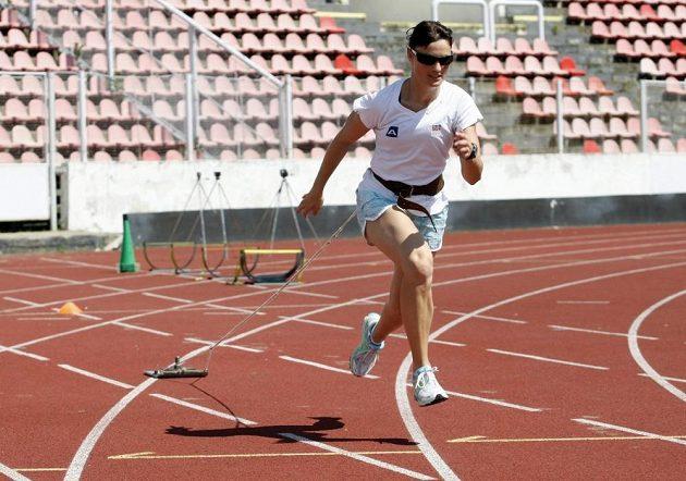 Boulařka Nikola Sudová sprintuje se závažím.