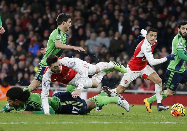 Mesut Özil z Arsenalu společně s Alexisem Sánchezem (druhý zprava) při marném boji s obranou Southamptonu.