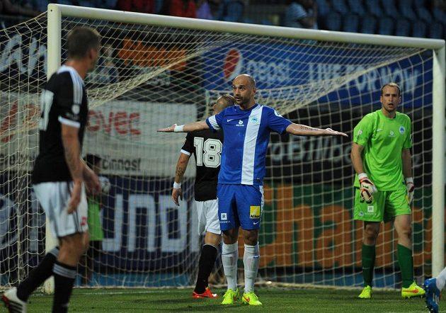 Utkání 1. kola první fotbalové ligy: SK Dynamo České Budějovice - FC Slovan Liberec. Na snímku liberecký obránce Miloš Karišik (uprostřed).