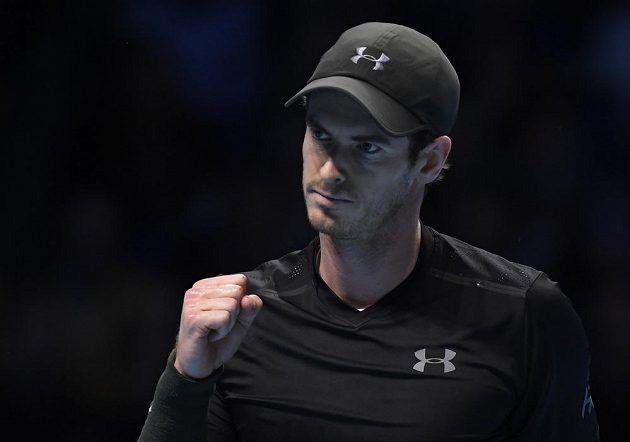 Andy Murray z Velké Británie se raduje po vítězném míčku ve finále Turnaje mistrů proti Novaku Djokovičovi.