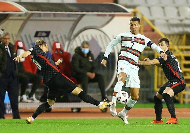 Cristiano Ronaldo v souboji s Lukou Modričem