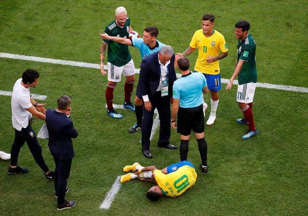 Miguel Layún už má míč, zato Neymar se svíjí v bolestech, jelikož mu mexický bek šlápl na kotník.