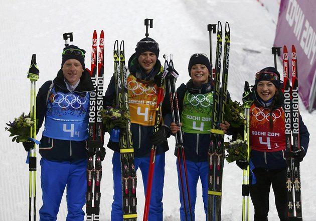 Italští biatlonisté slaví bronz v závodu smíšených štafet na olympiádě v Soči. Zleva Lukas Hofer, Dominik Windisch, Karin Oberhoferová a Dorothea Wiererová.