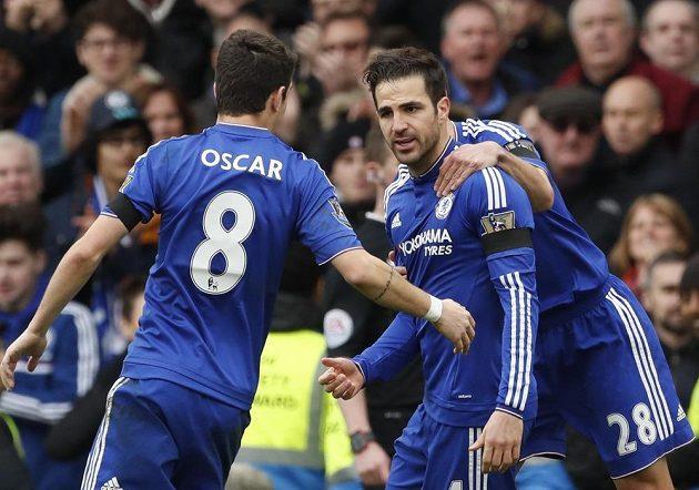 Záložník Chelsea Cesc Fábregas dvakrát skóroval, ale Blues doma pouze remizovali 2:2 s Kladiváři.