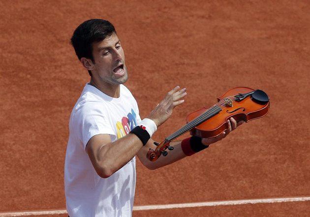 Tenisový virtuóz Novak Djokovič se na tréninku předváděl i s violou.