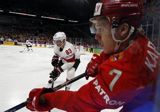 Ruský útočník Kirill Kaprizov (vpravo) v utkání se Švýcarskem.