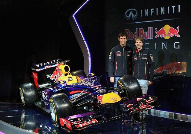 Piloti Mark Webber (vlevo) a Sebastian Vettel u nového monopostu.