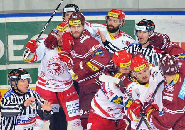 Potyčka mezi hokejisty Třince (v bílém) a Sparty ve třetím semifinále.