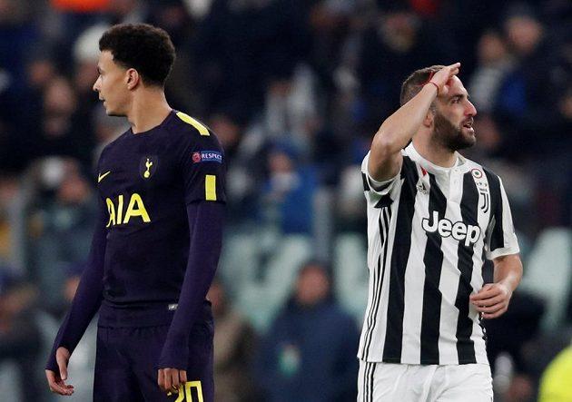 Gonzalo Higuaín z Juventusu se raduje z gólu proti Tottenhamu, vlevo je Dele Alli.