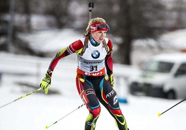 Biatlonistka Gabriela Soukalová během závodu na 15 kilometrů.