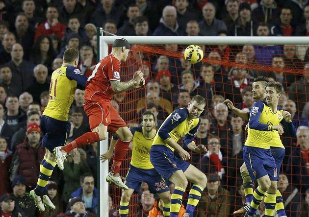Slovenský obránce Liverpoolu střílí hlavou vyrovnávací gól proti Arsenalu.