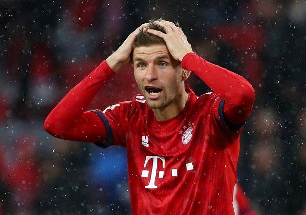 Útočník fotbalového Bayernu Mnichov Thomas Müller sice v tuhle chvíli neskrývá překvapení, ale jeho tým nakonec nad Mohučí vysoko vyhrál.