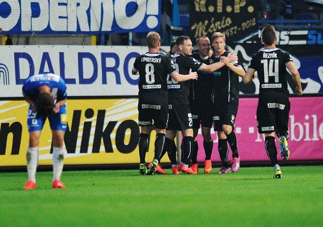 Hráči Plzně se radují z gólu proti Liberci.