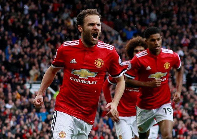Záložník Manchesteru United Juan Mata oslavuje svůj gól proti Crystal Palace.