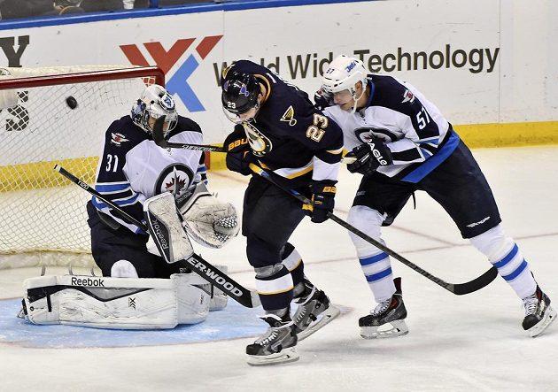 Brankář Winnipegu Ondřej Pavelec (31) odolal i při pokusu Dmitrije Jaškina (23) ze St. Louis. Pomoci se mu snaží Tyler Myers (57).