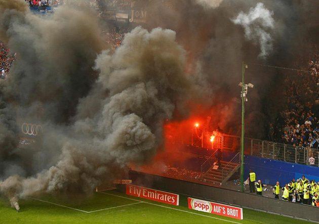 Peklo v Hamburku. Fanoušci fotbalové HSV se nechtěli smířit se sestupem a řádili během duelu s Mönchengladbachem.