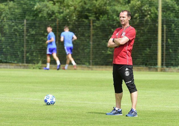 Nový trenér fotbalové Sigmy Olomouc Radoslav Látal sleduje tým na startu letní přípravy.