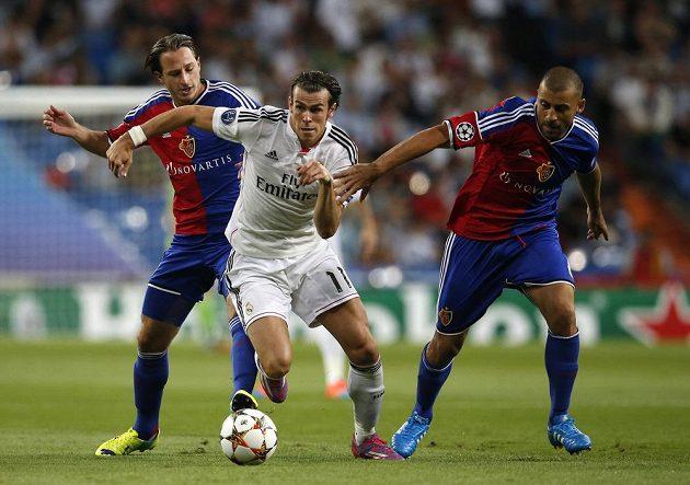 Gareth Bale z Realu mezi basilejskými Lukou Zuffim (vlevo) a Walterem Samuelem.