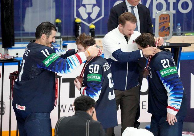Hokejisté USA přebírají bronzové medaile.