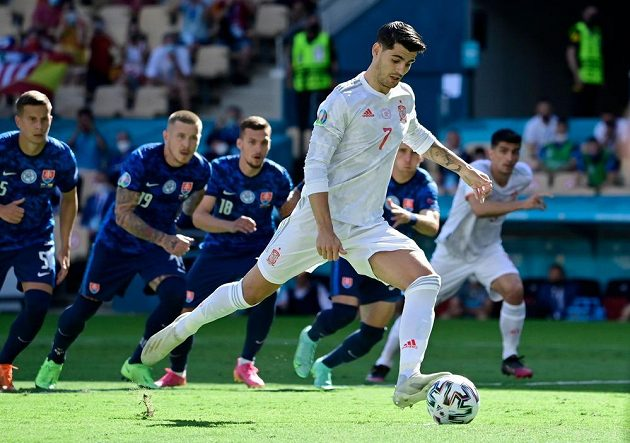 Španělský fotbalista Alvaro Morata zahodil v utkání EURO proti Slovensku pokutový kop.