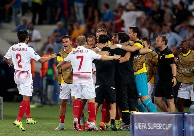 Fotbalisté Sevilly se radují z gólu proti Barceloně.