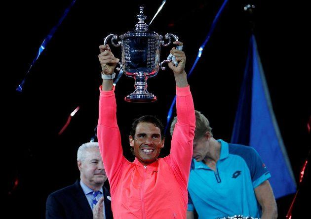 Rafael Nadal zvedl nad hlavu trofej pro vítěze mužské dvouhry na US Open.